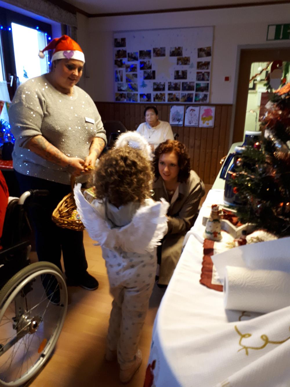 Das Christkind im Haus Höhenruh beschenkt die Bewohner
